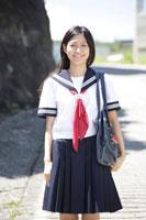 道路に立つ女子高生 30018001750| 写真素材・ストックフォト・画像・イラスト素材|アマナイメージズ