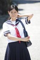 道路に立つ女子高生 30018001753| 写真素材・ストックフォト・画像・イラスト素材|アマナイメージズ