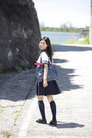 道路に立つ女子高生