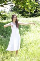 フラダンスをする女性 30018001756| 写真素材・ストックフォト・画像・イラスト素材|アマナイメージズ