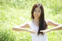 フラダンスをする女性 30018001757B| 写真素材・ストックフォト・画像・イラスト素材|アマナイメージズ