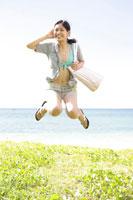 海辺でジャンプする女性