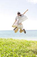 海辺でジャンプする女性の後姿