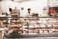 店に立つ肉屋の店主 30020000100| 写真素材・ストックフォト・画像・イラスト素材|アマナイメージズ