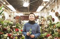 店の中で笑う花屋の店長
