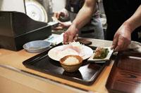 定食を用意する定食屋の店主の手元 30020000145| 写真素材・ストックフォト・画像・イラスト素材|アマナイメージズ