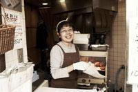 たい焼きを包むたい焼きやの女将 30020000153| 写真素材・ストックフォト・画像・イラスト素材|アマナイメージズ