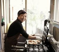 たい焼きを焼くたい焼き屋の店員 30020000156| 写真素材・ストックフォト・画像・イラスト素材|アマナイメージズ