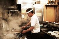 ラーメンを作るラーメン屋の店主 30020000161| 写真素材・ストックフォト・画像・イラスト素材|アマナイメージズ