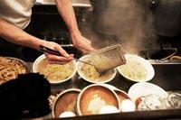 ラーメンを作るラーメン屋の店主 30020000163| 写真素材・ストックフォト・画像・イラスト素材|アマナイメージズ