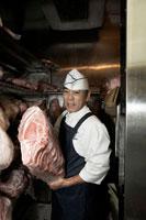 肉を冷蔵庫から持ち出す肉屋の店長