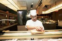 寿司を握る寿司職人