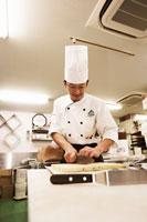 洋菓子を作るパティシエ