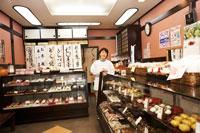 店内で佇む和菓子屋の女将