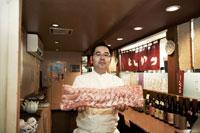 肉のブロックを差し出すトンカツ屋の店主 30020000252| 写真素材・ストックフォト・画像・イラスト素材|アマナイメージズ