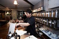 中国茶を入れる喫茶店の店主