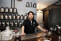 カウンターに立つ中国茶の喫茶店店主