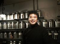 カウンターに立つ中国茶の喫茶店店員