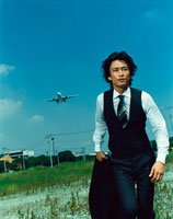 走り出す日本人ビジネスマンと飛行機
