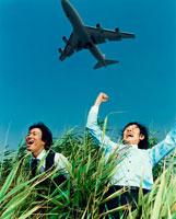 叫ぶ日本人ビジネスマン2人と飛行機
