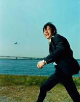 歩く日本人ビジネスマンと飛行機