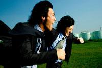 芝生を走る2人の日本人青年ビジネスマン 30023000034| 写真素材・ストックフォト・画像・イラスト素材|アマナイメージズ