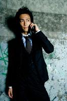 携帯電話で話す日本人青年ビジネスマン