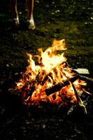 焚火に近づく20代日本人女性の足元