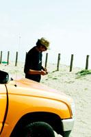 車のそばで煙草を吸う男性 30023000175| 写真素材・ストックフォト・画像・イラスト素材|アマナイメージズ