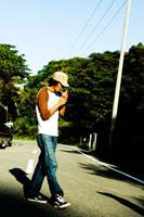 道路で煙草を吸う男性 30023000230| 写真素材・ストックフォト・画像・イラスト素材|アマナイメージズ
