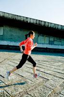 走る女性 30023000315| 写真素材・ストックフォト・画像・イラスト素材|アマナイメージズ