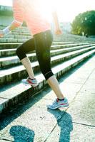 階段を駆け上る女性の後姿 30023000320| 写真素材・ストックフォト・画像・イラスト素材|アマナイメージズ