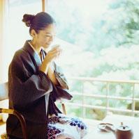 お茶を飲む浴衣姿の20代日本人女性 30024000035| 写真素材・ストックフォト・画像・イラスト素材|アマナイメージズ