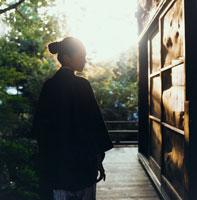 縁側に立つ浴衣姿の20代日本人女性