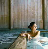 温泉に入る20代日本人女性 30024000048| 写真素材・ストックフォト・画像・イラスト素材|アマナイメージズ