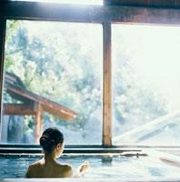 温泉に入る20代日本人女性 30024000049| 写真素材・ストックフォト・画像・イラスト素材|アマナイメージズ