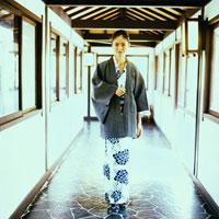 旅館の廊下を歩く浴衣姿の20代日本人女性 30024000058| 写真素材・ストックフォト・画像・イラスト素材|アマナイメージズ