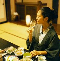 和室で食事をする浴衣姿の20代日本人女性