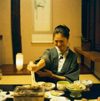 和室で食事をする浴衣姿の20代日本人女性 30024000067| 写真素材・ストックフォト・画像・イラスト素材|アマナイメージズ
