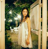 ドアの前に立つ20代日本人女性