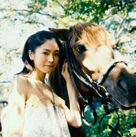 馬に寄り添う20代日本人女性