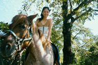 馬に乗る20代日本人女性