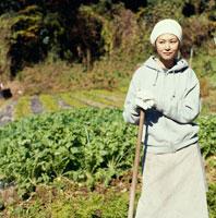 畑の中に佇む日本人女性