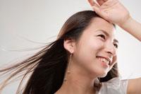 風を感じる20代の日本人女性 30027000098A| 写真素材・ストックフォト・画像・イラスト素材|アマナイメージズ