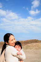 赤ちゃんを抱く20代の日本人女性 30029000018| 写真素材・ストックフォト・画像・イラスト素材|アマナイメージズ