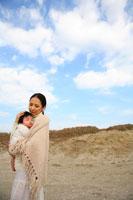 赤ちゃんを抱く20代の日本人女性