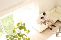ソファに座る日本人の父と息子の俯瞰 30029000107| 写真素材・ストックフォト・画像・イラスト素材|アマナイメージズ