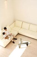 ソファに座る日本人の父と息子の俯瞰
