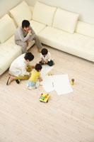 リビングで遊ぶ日本人家族の俯瞰