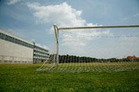 芝生の校庭とサッカーゴール
